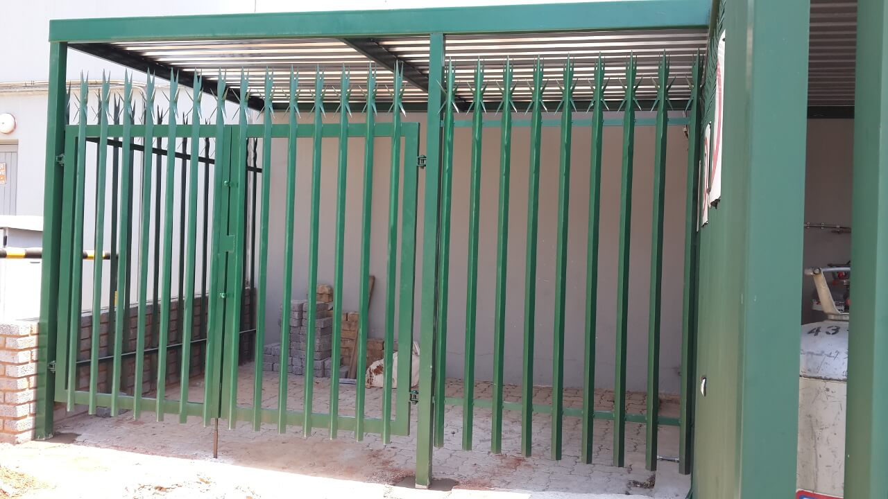 palisade fencing-4 cages